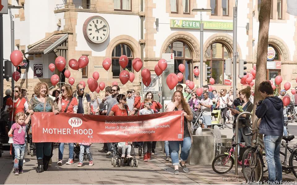 Große Gruppe demonstriert